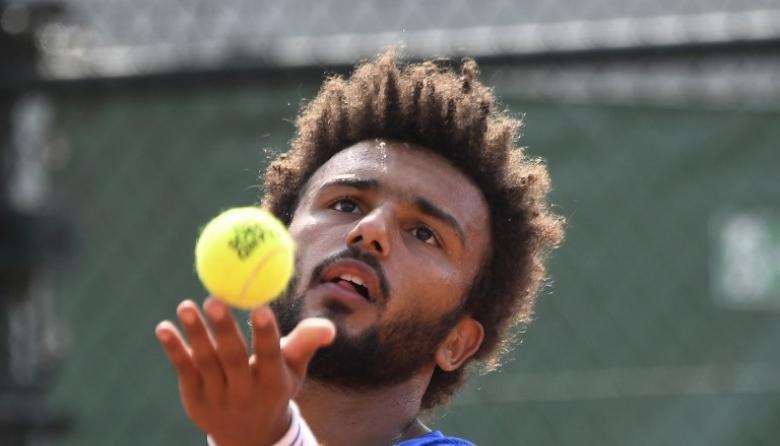 Expulsan de Roland Garros a tenista francés que besó a la fuerza a periodista