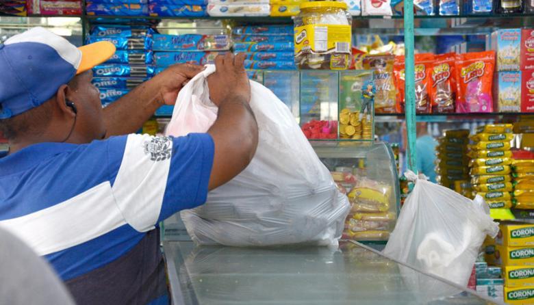 Un ciudadano amarra su bolsa en una tienda de Simón Bolívar, sur de la ciudad.