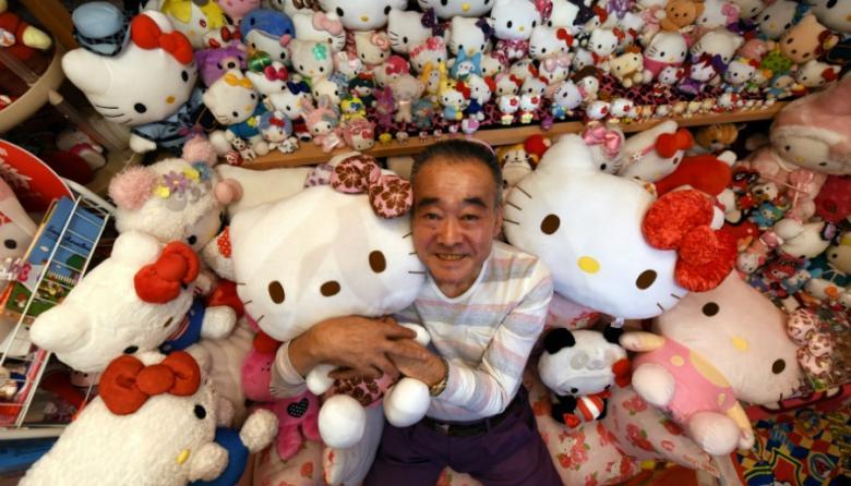 Oficial de policía japonés jubilado Masao Gunji posando con su colección Hello Kitty.