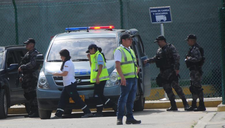 Uniformados del GRI del Inpec, en el aeropuerto, a la espera de que Jorge Alfonso abordara el avión hacia Bogotá.