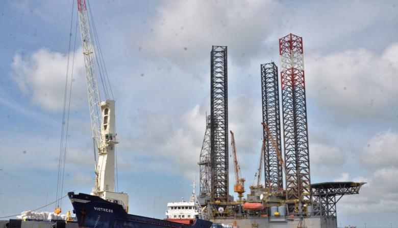 La plataforma petrolera que llegó al terminal Puerto Bahía en Cartagena y que se usará en la operación exploratoria costa afuera del pozo Molusco I en La Guajira, por parte de la petrolera colombiana Ecopetrol.