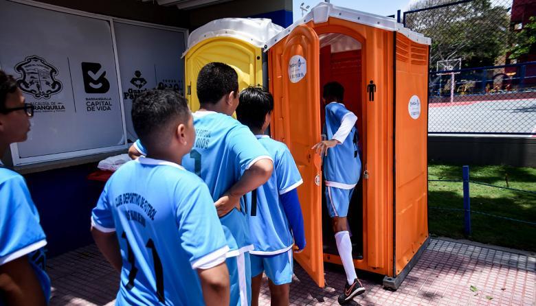 Empieza instalación de baños portátiles en parques de la ciudad