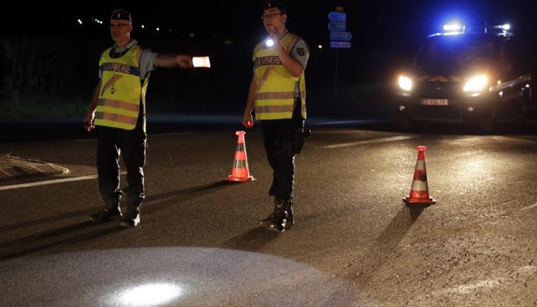 Policías dirigen el tráfico en una carretera cercana al sitio donde ocurrieron los hechos.