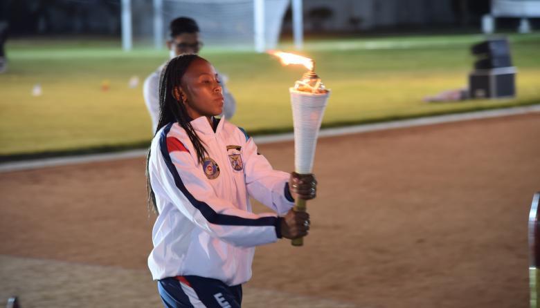 La boxeadora y medallista olímpica, Ingrit Valencia, encendió la llama olímpica.