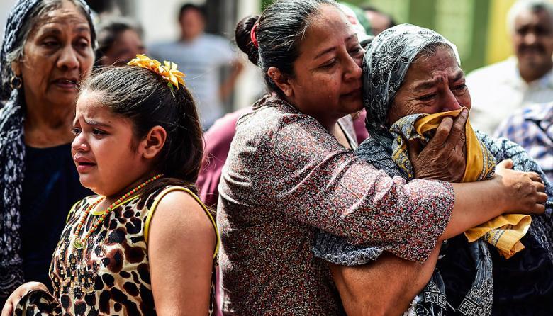 México sigue sepultando a víctimas de terremoto, que se elevan a 96