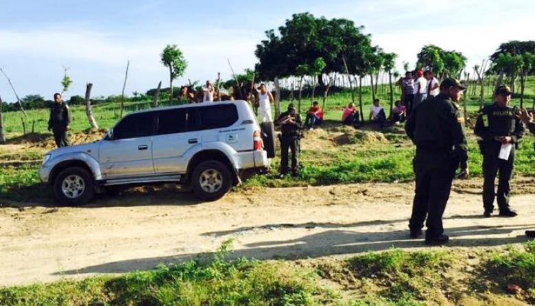La camioneta en la que fue encontrado el cuerpo sin vida de Emiro Cerro.