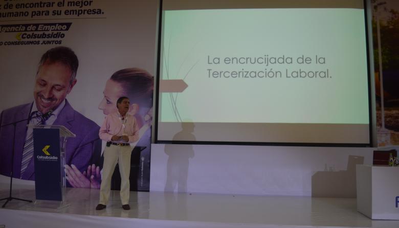 El presidente de Acoset, Miguel Pérez García, interviene en el congreso del gremio.