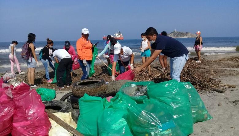 1.3 toneladas de basura recogieron en la playa de Los Cocos
