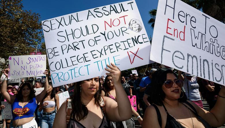 Mujeres marcharon en Los Ámgeles para luchar por la igualdad de género y frenar el abuso sexual.
