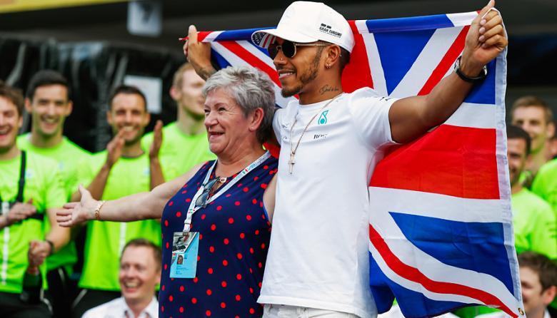 El británico Hamilton Lewis celebra con su madre Carmen Larbalestie.