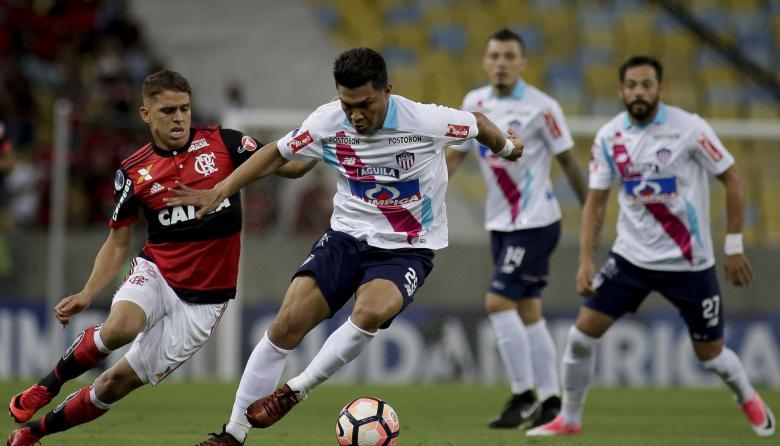 Teófilo Gutiérrez, autor del gol de Junior, domina la pelota ante la marca de Gustavo Cuéllar. Observan Leonardo Pico y Matías Mier.