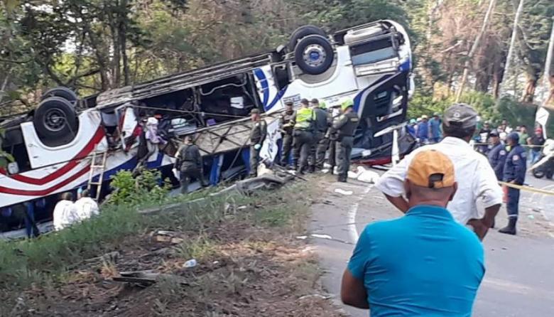 Autoridades entregan identidades de víctimas de accidente de bus de Brasilia