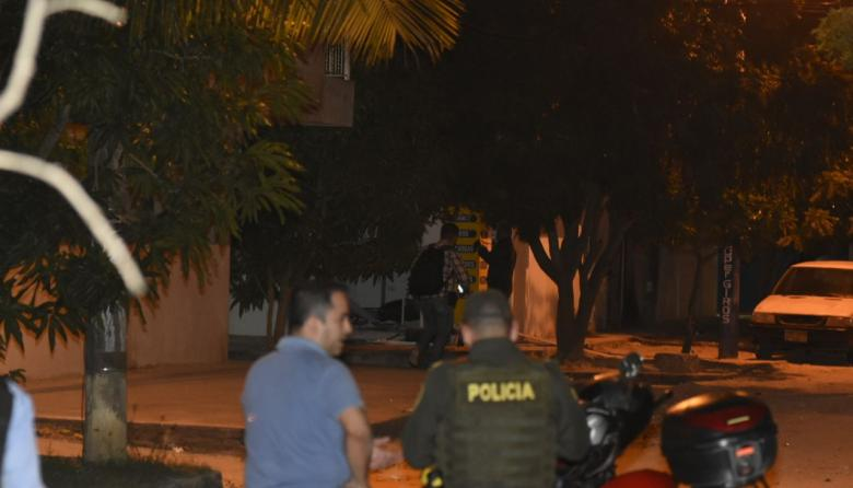Policías en el lugar donde fue lanzado el artefacto explosivo en Soledad.