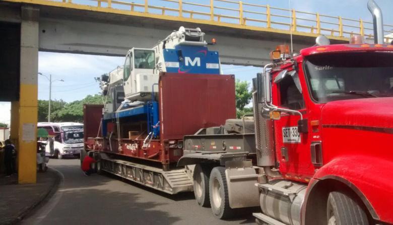 Tractomula queda atascada en puente y genera trancón en avenida de Cartagena