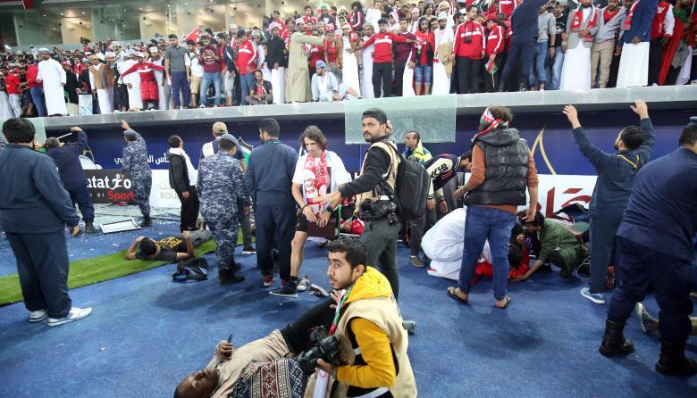 Once personas resultan heridas tras caída de una barrera en un estadio de Kuwait