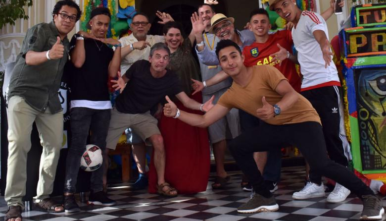 Roberto Camargo, Bart Van Dick, Jaime Manrique, Raquel Riba, Jamie Culliton y Javier Covo, junto al Colectivo Colombia Free Style a su llegada al hotel El Prado, en el norte de Barranquilla.