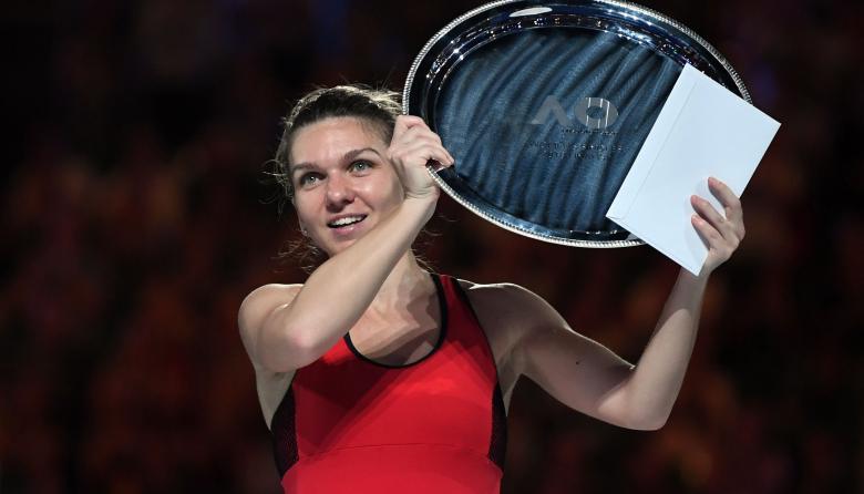 La tenista rumana Simona Halep recibiendo el subtítulo del Abierto de Australia.