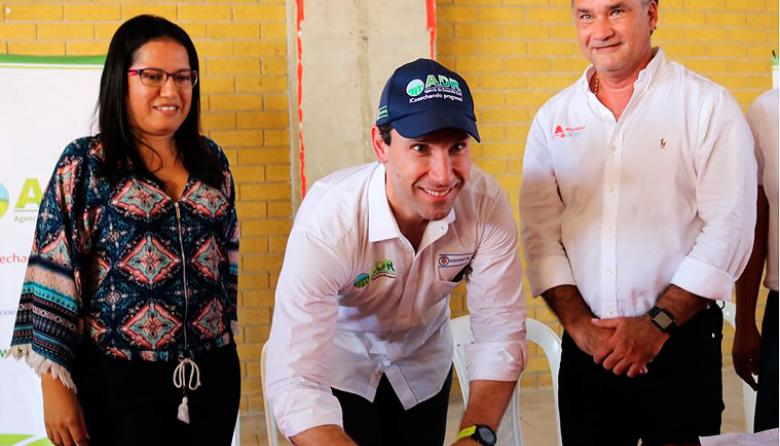 El presidente de la ADR, el costeño Juan Pablo Díaz Granados, durante el evento. Aquí con la alcaldesa de Manatí, Kelly Paternina, y el secretario de Desarrollo, Anatolio Santos.