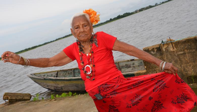 Bertha Piña baila a orillas del río San Jorge, en su natal San Marcos (Sucre).