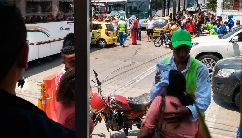 Chocan bus de Transmetro y taxi: una mujer herida