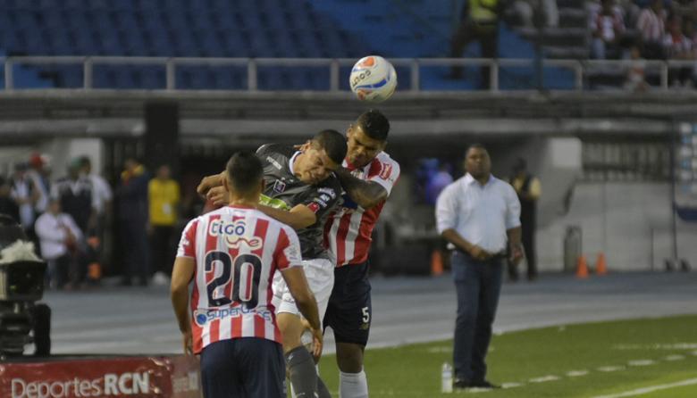 Rafa Pérez cabecea un balón ante la marca de Farías.