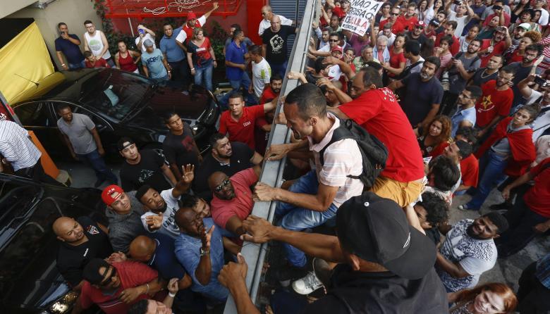 Seguidores del expresidente brasilero tratando de evitar que se entregue a las autoridades.