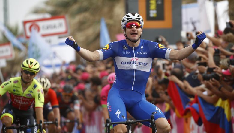 El velocista italiano Elia Viviani celebrando tras cruzar la meta de la tercera etapa del Giro de Italia.