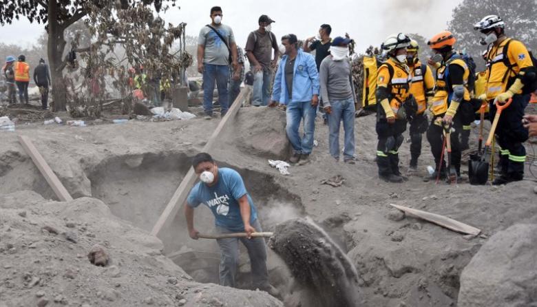 Erupciones y lluvias impiden rescate de víctimas de volcán en Guatemala
