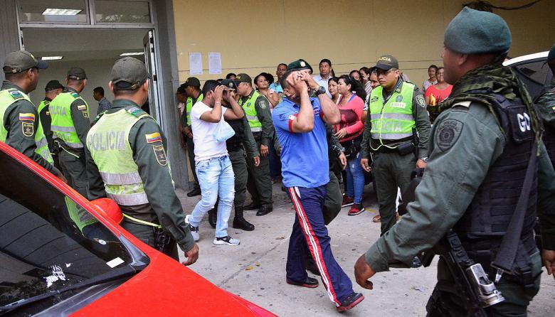 Los policías involucrados a la salida de la audiencia.