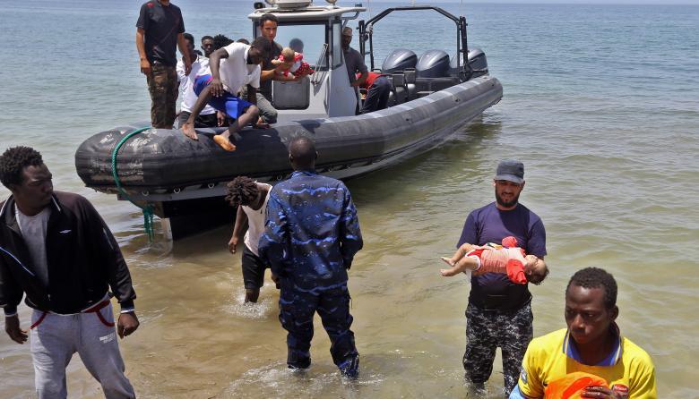 Tres bebés muertos y al menos 100 desaparecidos deja naufragio en Libia