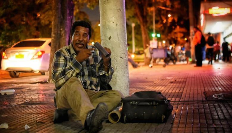 Juan Pedro Sierra Torres, quien lleva 20 años en la calle, toca su guacharaca mientras canta.