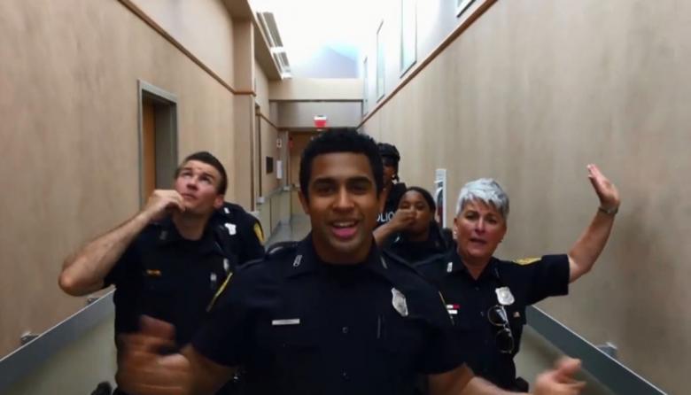 En video   Al ritmo de Bruno Mars, policías sorprenden con increíble baile