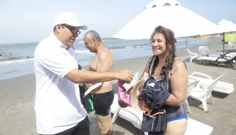 Turistas en playa de Bocagrande.