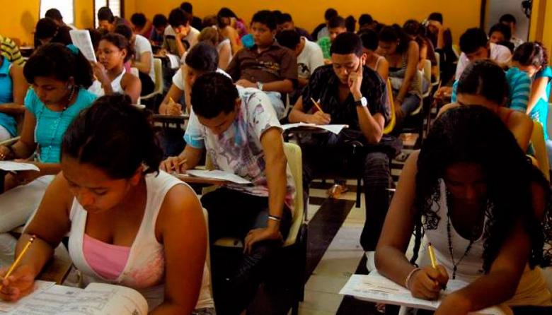 Estudiantes presentan el examen de Estado en una institución de Barranquilla.