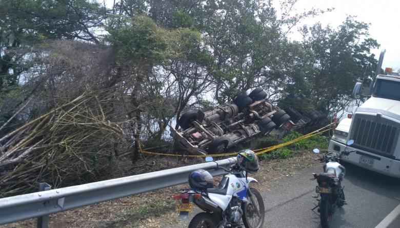 En video  Se volcó tractomula tras microsueño de conductor en vía Ciénaga-Barranquilla: autoridades