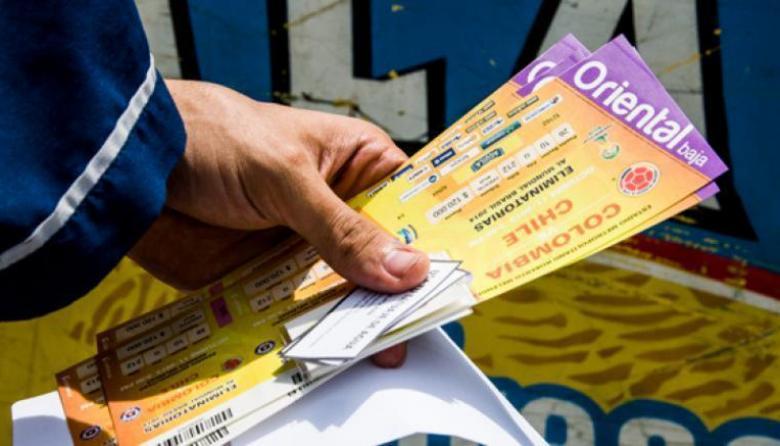 Varias boletas del partido de eliminatoria entre Colombia y Brasil.
