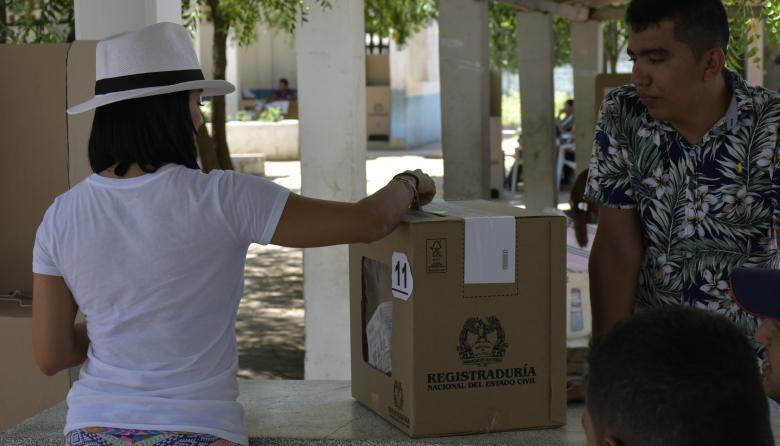 Una mujer ejerce su derecho al voto en las elecciones del pasado 17 de junio.