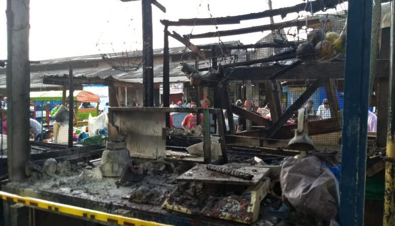 Incendio consume 10 puestos de ventas ambulantes en Barranquillita