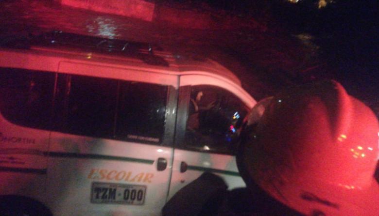 En video   Arroyo El Salao arrastra nuevamente un vehículo en Soledad