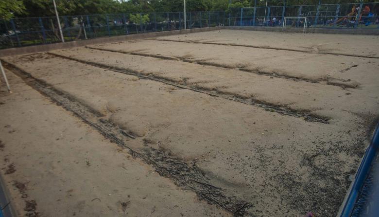 Aspecto de la cancha de fútbol en cercanías del Jardín Botánico, se observan las zanjas que hizo la ADI.