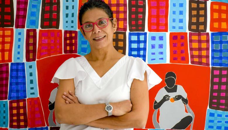 La artista colombo–venezolana Patricia Quevedo posa con una de sus obras.