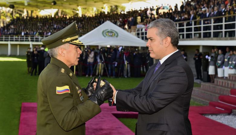 General Atehortúa recibiendo del presidente Duque el mando de la Policía Nacional.