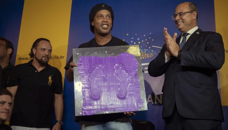 Ronaldinho deja su huella en el salón de la fama del Maracaná