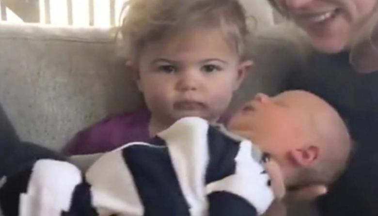 En video   Le presentaron a su hermanito recién nacido y su reacción se volvió viral
