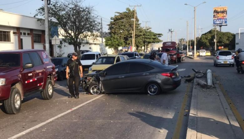 Accidente en Vía 40: vehículo choca contra poste