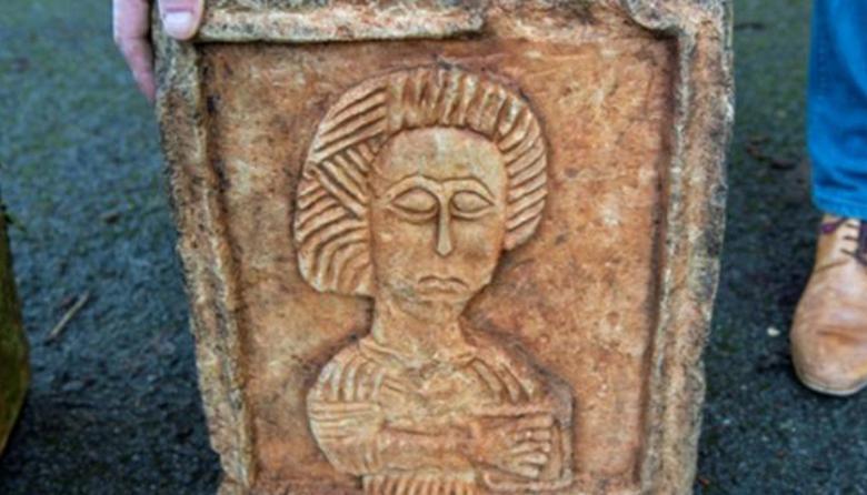 Dos piedras talladas, de al menos 1.000 años, fueron encontradas en un jardín inglés