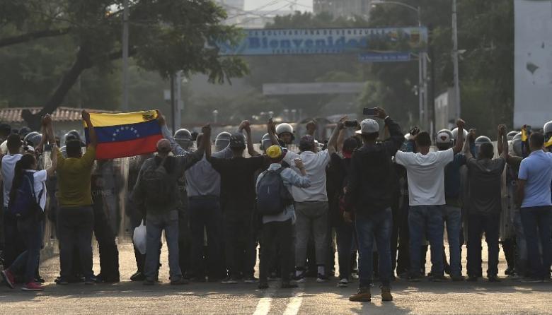 En video   Guardia Bolivariana reprime en frontera para frenar ayuda humanitaria