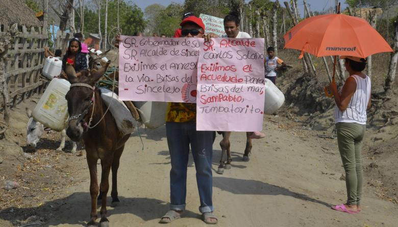 En Sucre protestan en burros para pedir mejores vías y agua