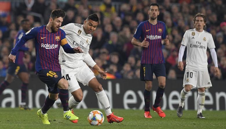 Lionel Messi disputando la pelota con Casemiro.