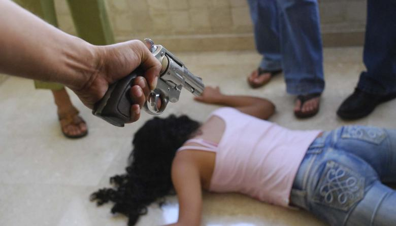 La causa principal de este tipo de violencia está, según expertas en estudios de género, en las desigualdades estructurales existentes entre hombres y mujeres.